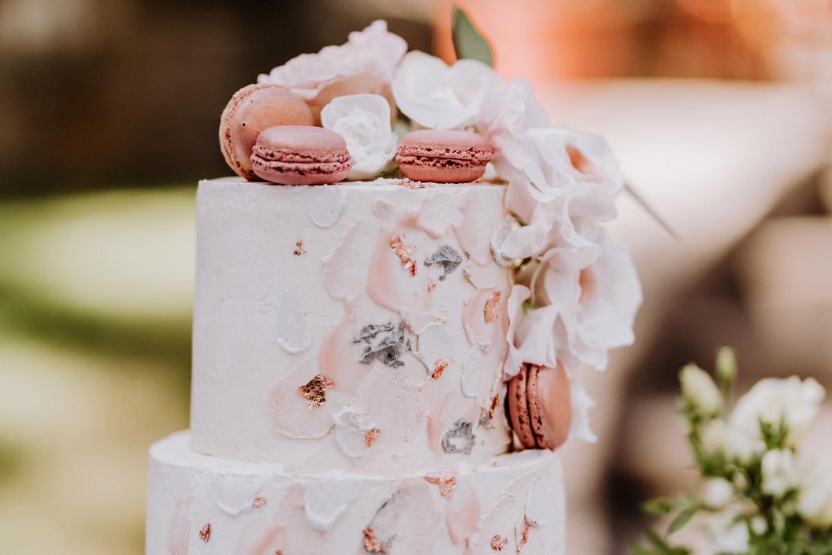 Inspiration Hochzeitstorte Sommerhochzeit ohne Fondant rosa mit Macarons - natürliche Hochzeitsfotos Standesamt auf Schloss Kartzow von Hochzeitsfotograf Berlin © www.hochzeitslicht.de #hochzeitslicht
