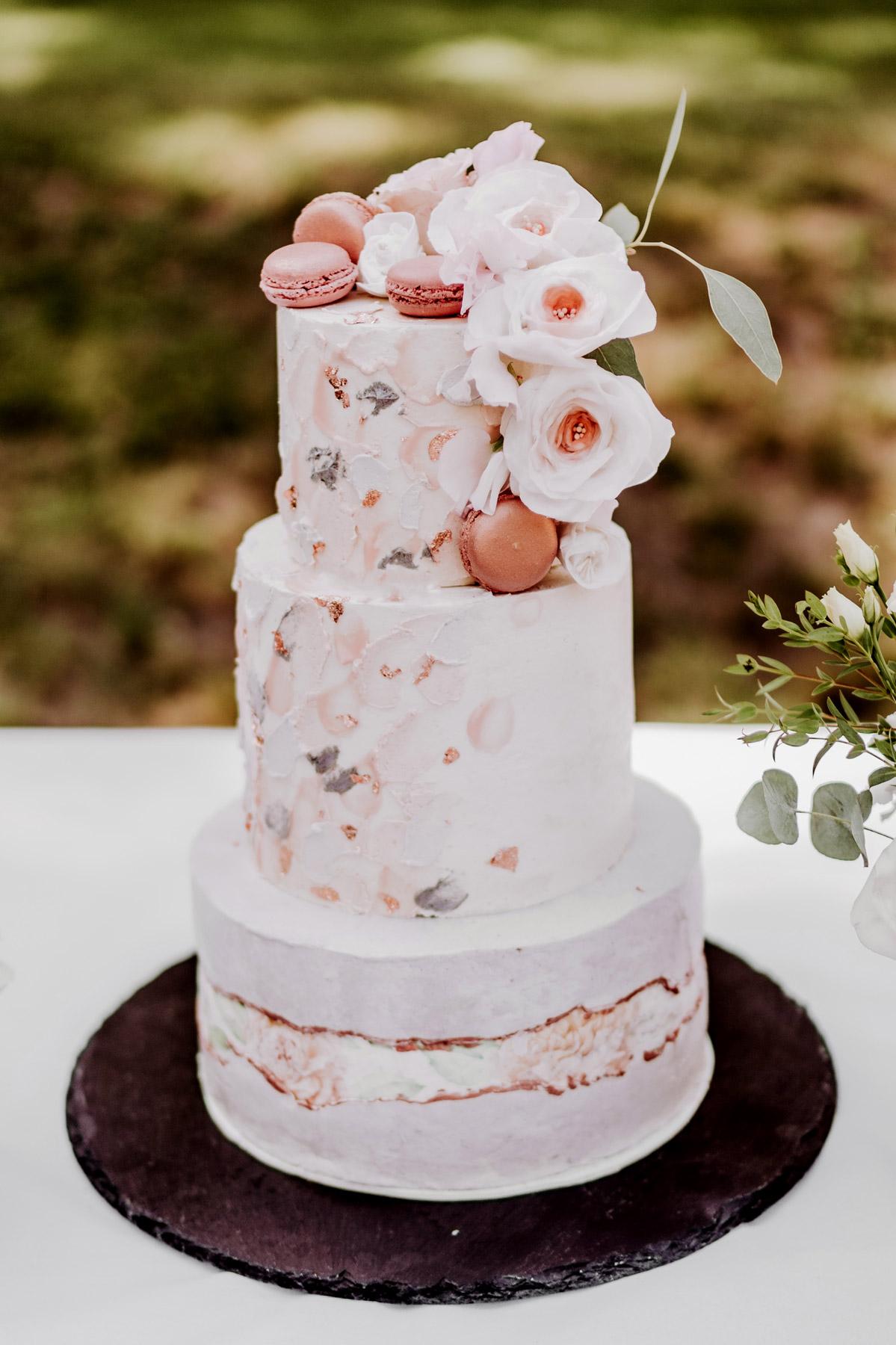 Hochzeitstorte Fondant handbemalt mit Kupfer Macaron und rosa Rosen brushstroke painted buttercream wedding cake #paintedcake #weddingcake #buttercream #wedding von Hochzeitsfotograf Berlin © www.hochzeitslicht.de #hochzeitslicht
