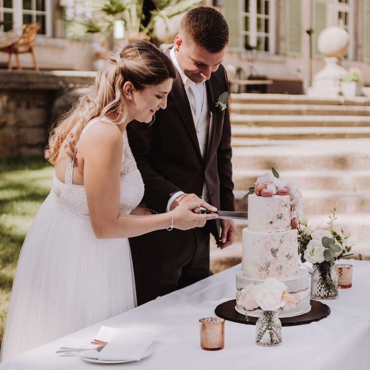 Hochzeitsfoto Brautpaar Anschneiden Hochzeitstorte - natürliche Hochzeitsfotos Standesamt auf Schloss Kartzow von Hochzeitsfotograf Berlin © www.hochzeitslicht.de #hochzeitslicht