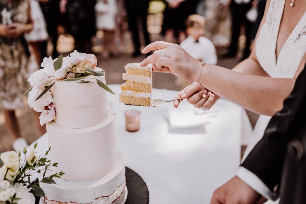 Hochzeitsreportagefoto Anschneiden Hochzeitstorte - natürliche Hochzeitsfotos Standesamt auf Schloss Kartzow von Hochzeitsfotograf Berlin © www.hochzeitslicht.de #hochzeitslicht