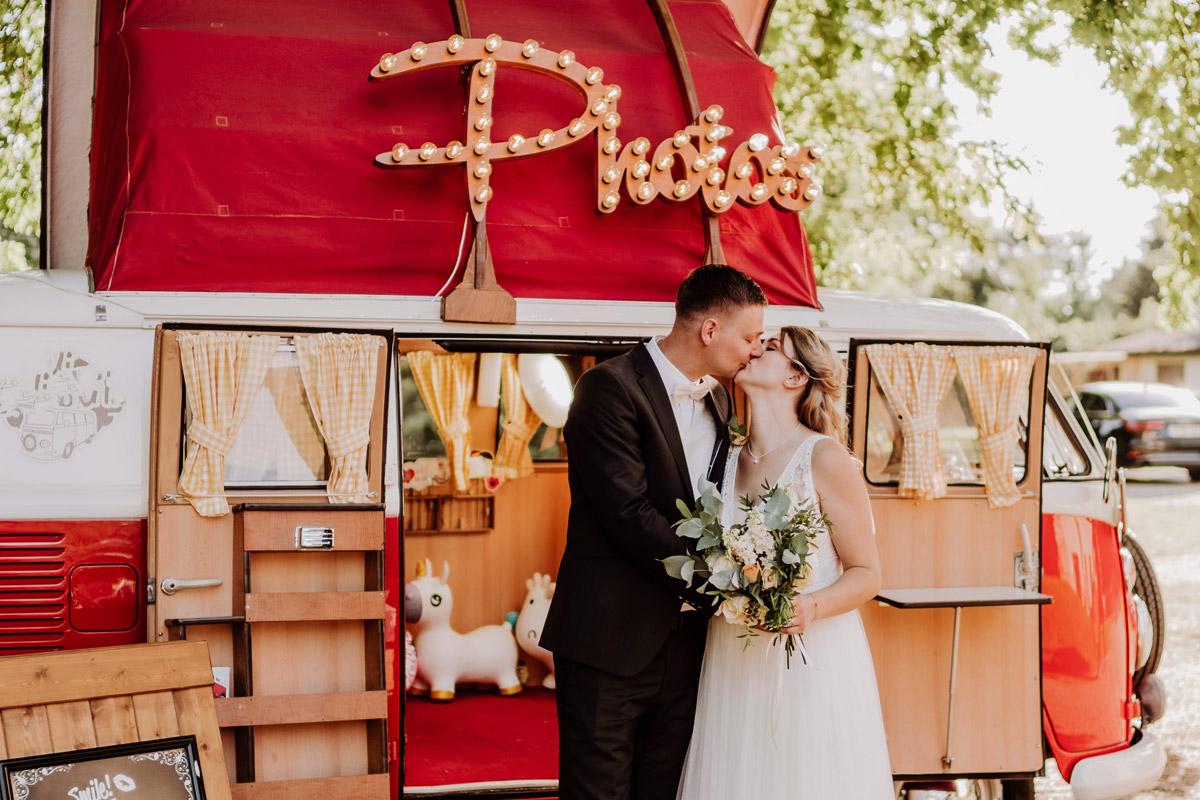 Fotoshooting Brautpaar Fotobulli Photobooth Vintagehochzeit - natürliche Hochzeitsfotos Standesamt auf Schloss Kartzow von Hochzeitsfotograf Berlin © www.hochzeitslicht.de #hochzeitslicht