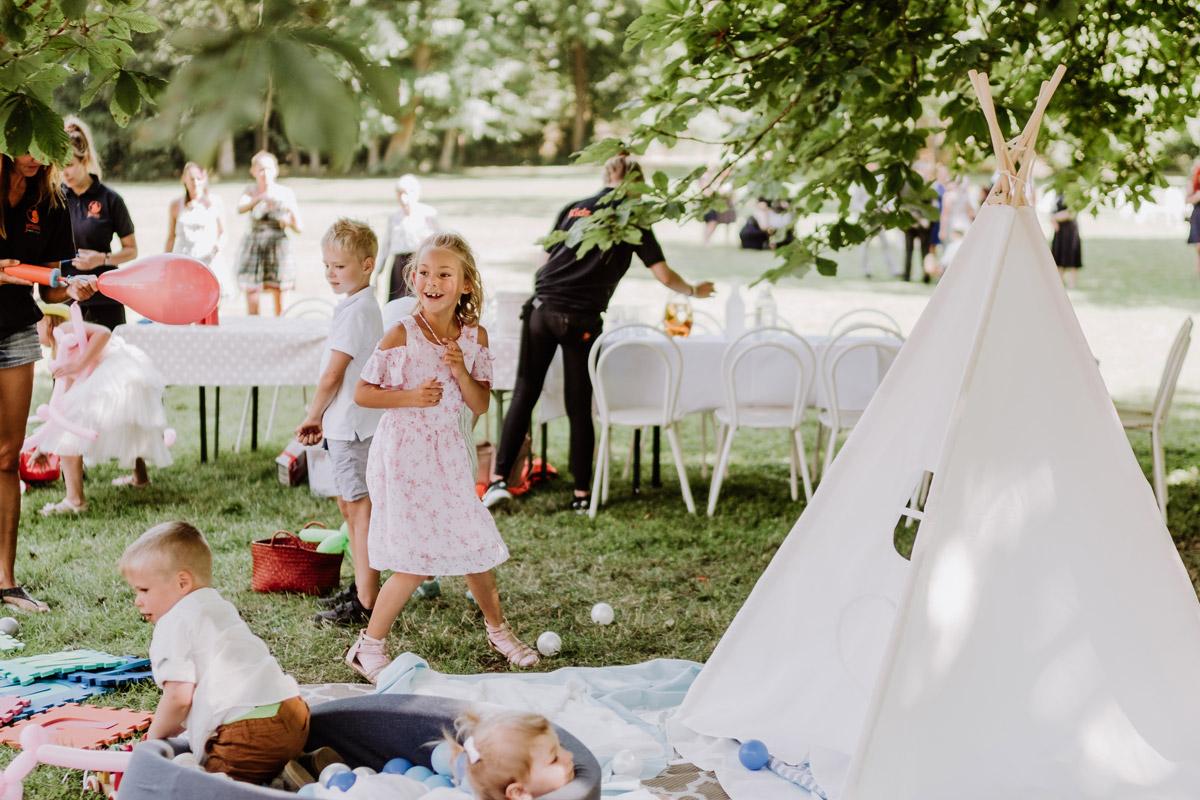 Idee Unterhaltung Gäste Kinder Boho Hochzeit draußen Zelt - natürliche Hochzeitsfotos Standesamt auf Schloss Kartzow von Hochzeitsfotograf Berlin © www.hochzeitslicht.de #hochzeitslicht