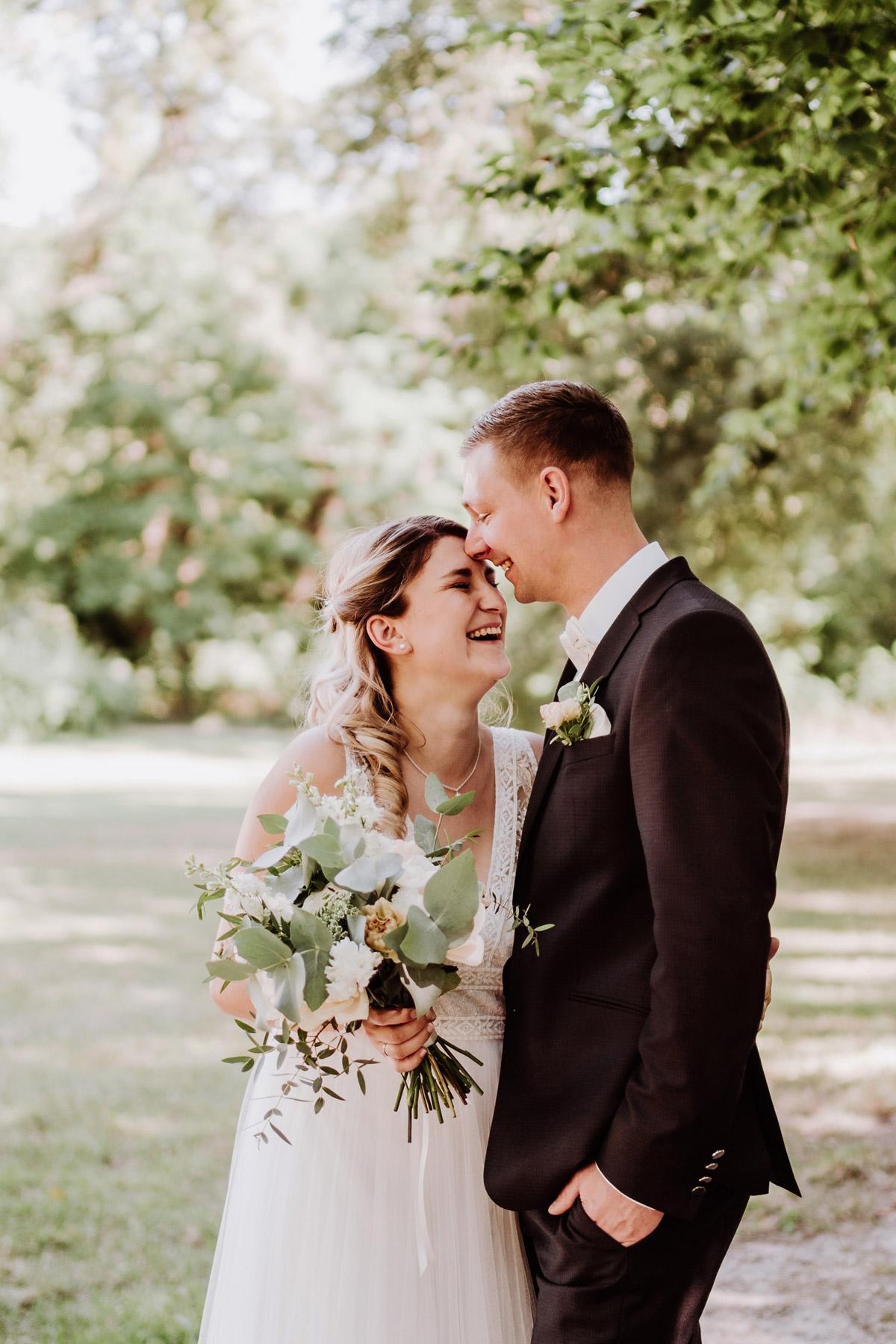 Hochzeitsfotos natürlich im Park nach Standesamt lachendes Hochzeitspaar auf Corona Hochzeit im Schloss Kartzow - #Hochzeitsfotos aus Berlin © www.hochzeitslicht.de #hochzeitslicht #brautpaarbilder