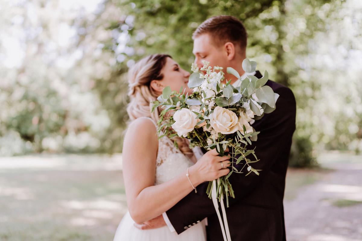 Brautpaar Fotoshooting Hochzeit nach standesamtlicher Trauung - natürliche Hochzeitsfotos Standesamt auf Schloss Kartzow von Hochzeitsfotograf Berlin © www.hochzeitslicht.de #hochzeitslicht