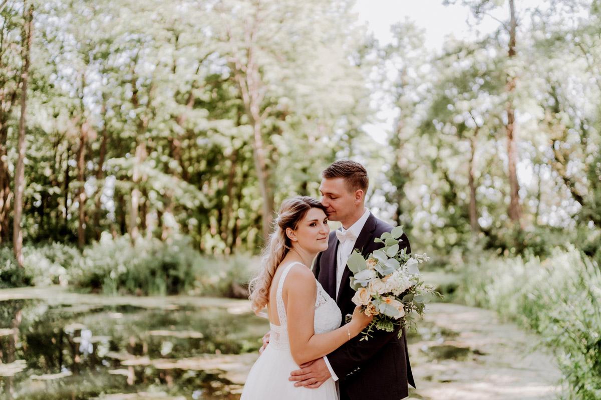 Hochzeitsfoto Paar Natur Teich - natürliche Hochzeitsfotos Standesamt auf Schloss Kartzow von Hochzeitsfotograf Berlin © www.hochzeitslicht.de #hochzeitslicht