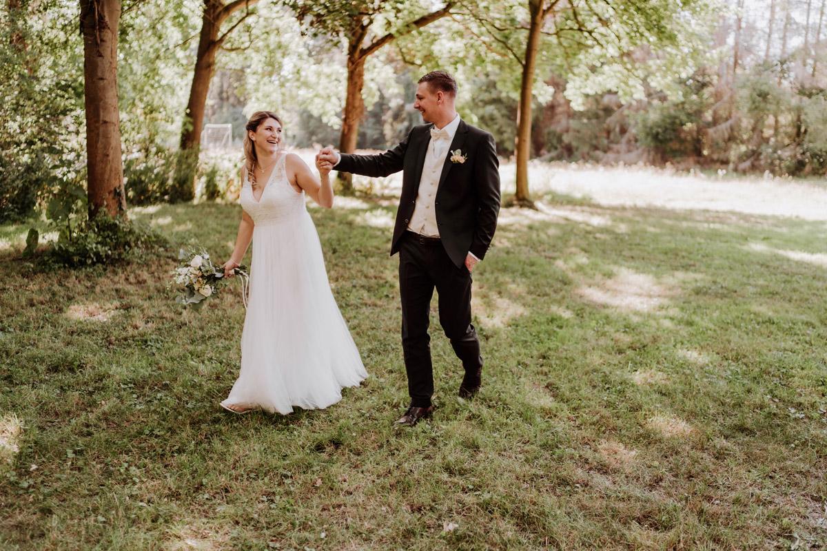 ungestellte Hochzeitsfotos nach Standesamt im Grünen - natürliche Hochzeitsfotos Standesamt auf Schloss Kartzow von Hochzeitsfotograf Berlin © www.hochzeitslicht.de #hochzeitslicht