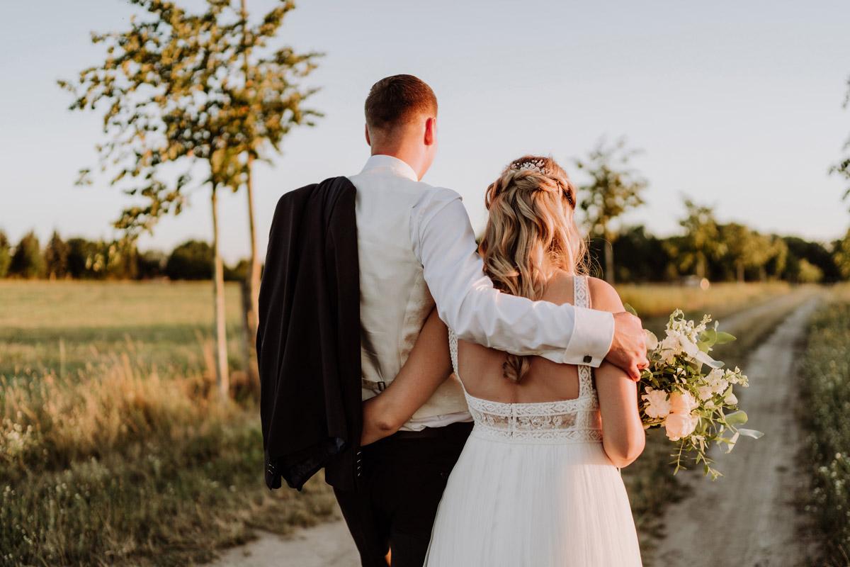 Sonnenuntergang Hochzeitsfotoshooting Brautpaar - natürliche Hochzeitsfotos Standesamt auf Schloss Kartzow von Hochzeitsfotograf Berlin © www.hochzeitslicht.de #hochzeitslicht