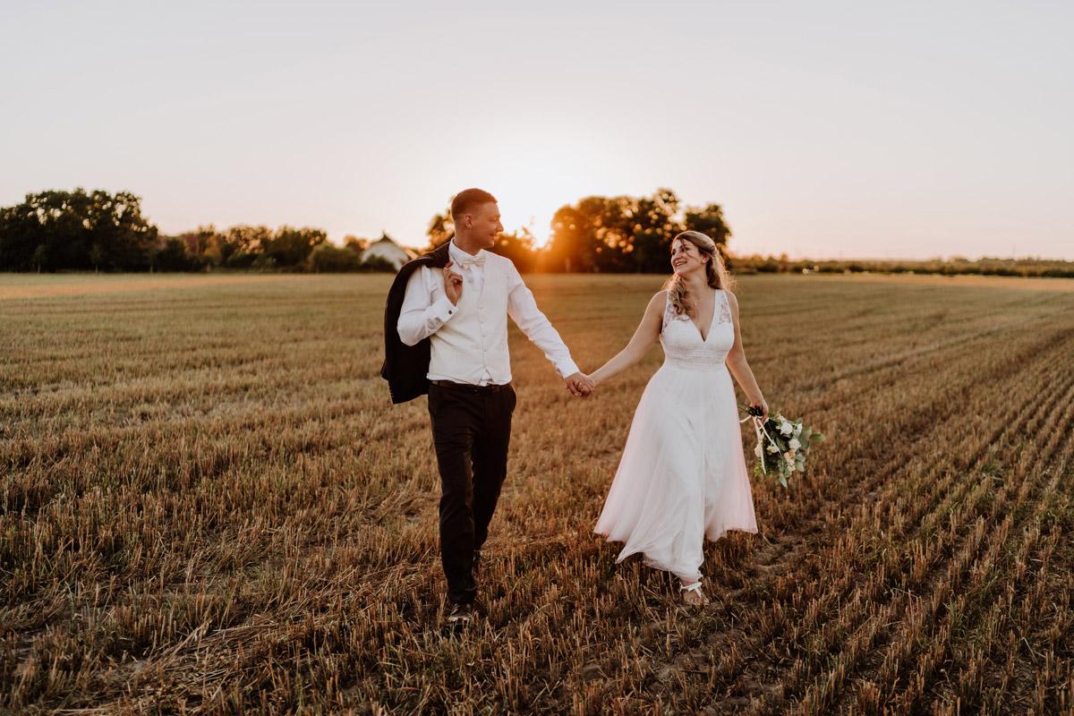 Brautpaar Hände halten Hochzeitsfoto Sonnenuntergang - natürliche Hochzeitsfotos Standesamt auf Schloss Kartzow von Hochzeitsfotograf Berlin © www.hochzeitslicht.de #hochzeitslicht
