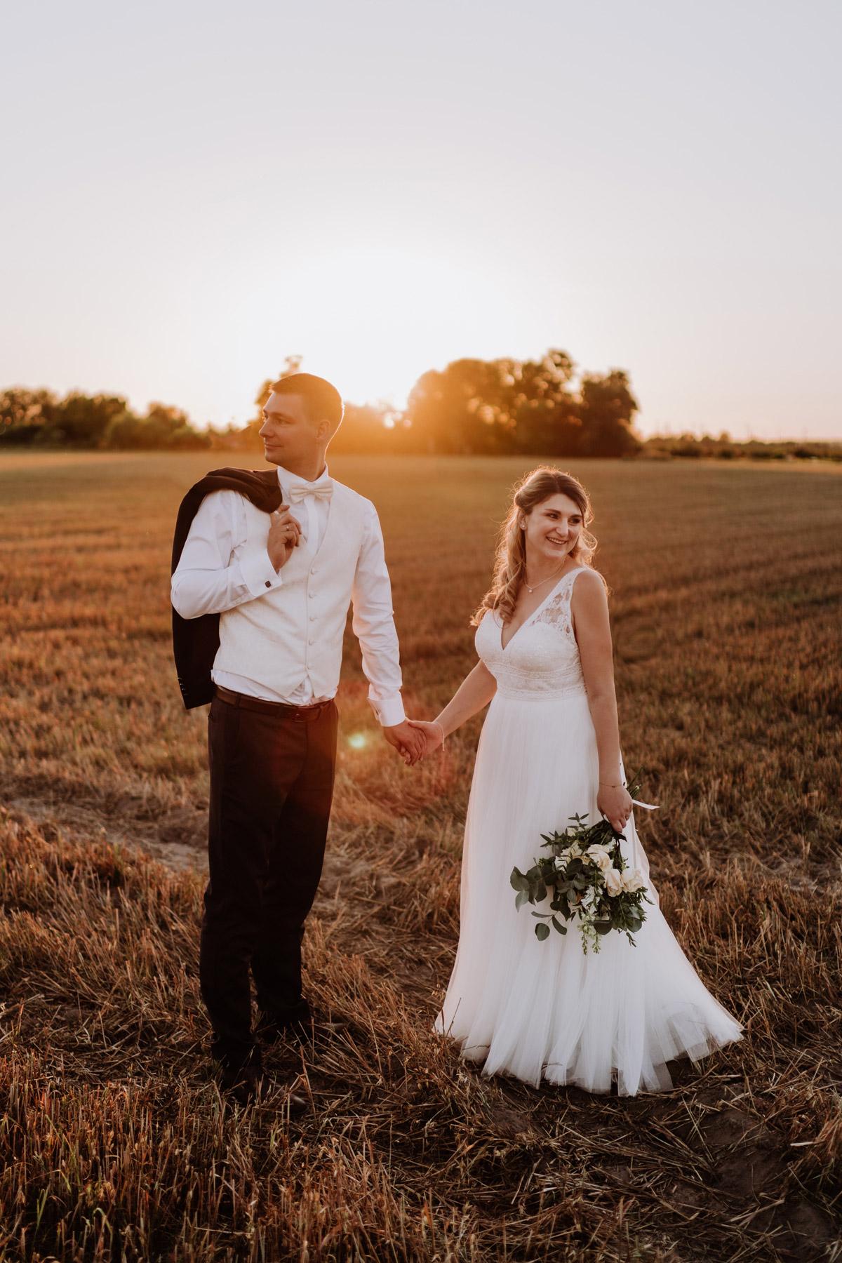Hochzeitspaar natürliches Brautpaar-Shooting im Sonnenuntergang nach Standesamt Hochzeit im Schloss Kartzow - #Hochzeitsfotografie Berlin © www.hochzeitslicht.de #hochzeitslicht #hochzeitsfoto