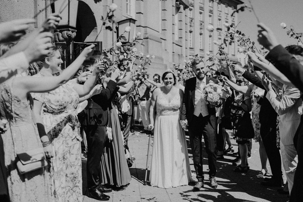 Idee Auszug Brautpaar Standesamt Spalier Rosen - iLand Pier13 Hochzeit von Hochzeitsfotograf Berlin © www.hochzeitslicht.de #hochzeitslicht