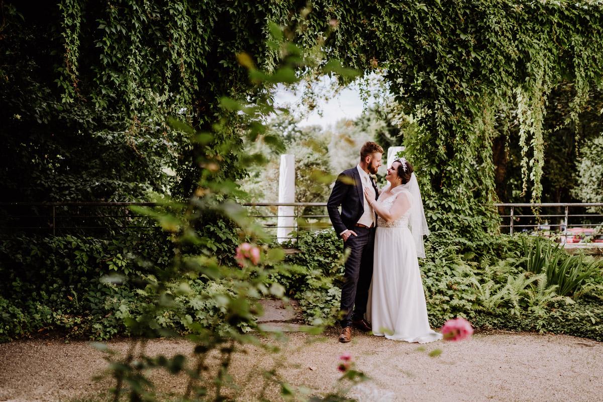 Idee Hochzeitsfoto Brautpaar im Grünen Ochsenstall Schloss Britz - iLand Pier13 Hochzeit von Hochzeitsfotograf Berlin © www.hochzeitslicht.de #hochzeitslicht