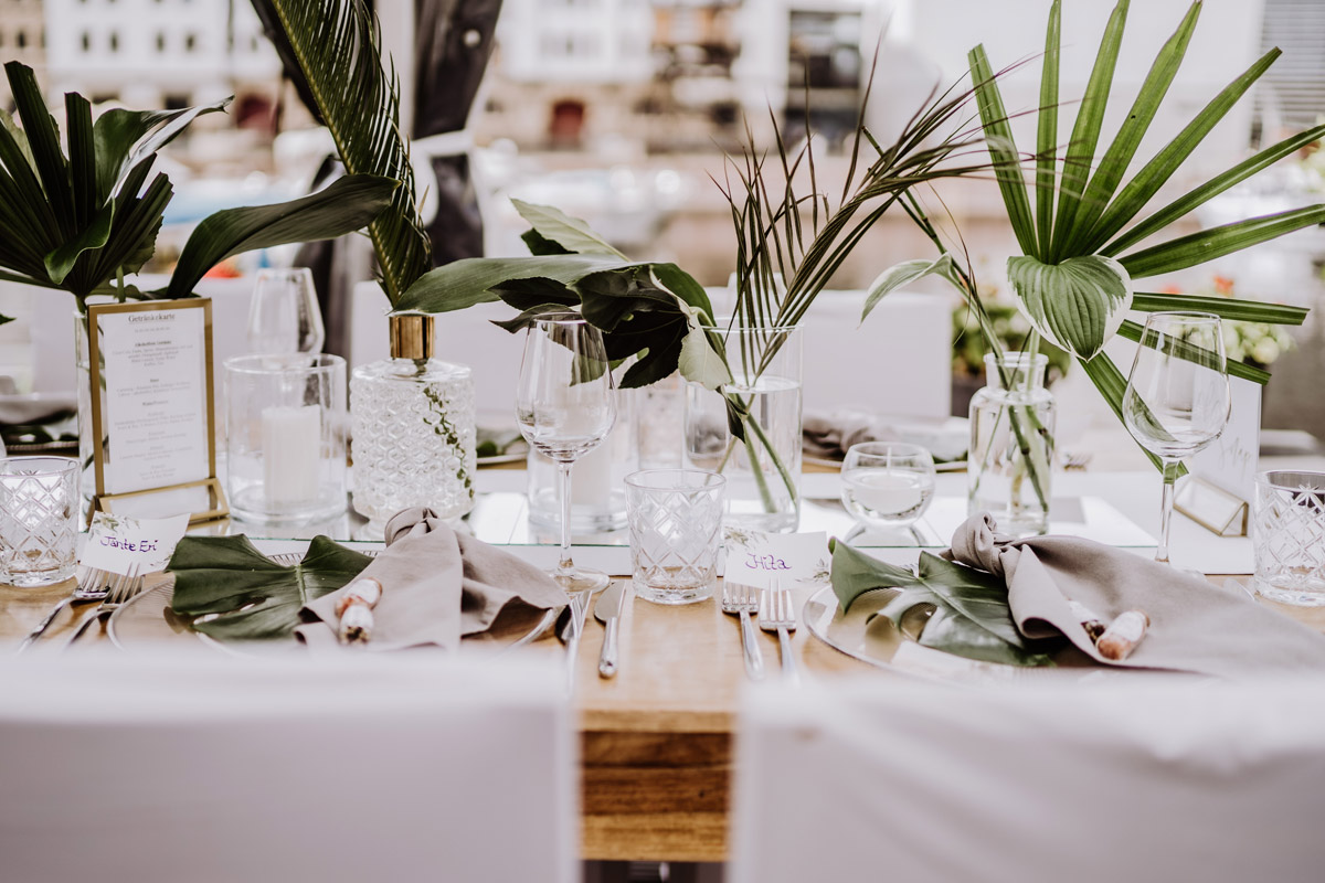Idee Deko tropical wedding tropische Hochzeit grün weiß Sommer Zelt - iLand Pier13 Hochzeit von Hochzeitsfotograf Berlin © www.hochzeitslicht.de #hochzeitslicht