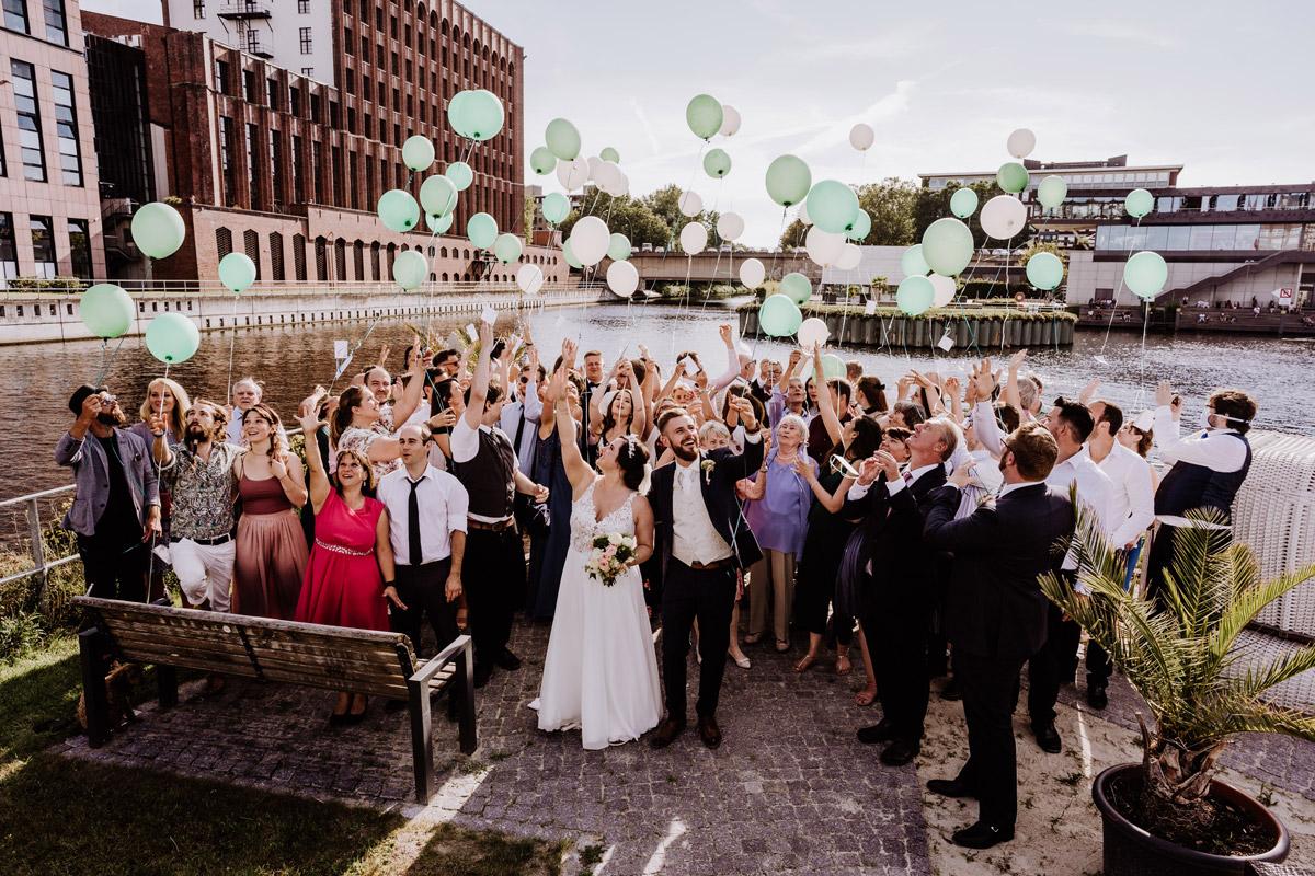 Idee Gruppenfoto Hochzeit alle Gäste Luftballons - iLand Pier13 Hochzeit von Hochzeitsfotograf Berlin © www.hochzeitslicht.de #hochzeitslicht