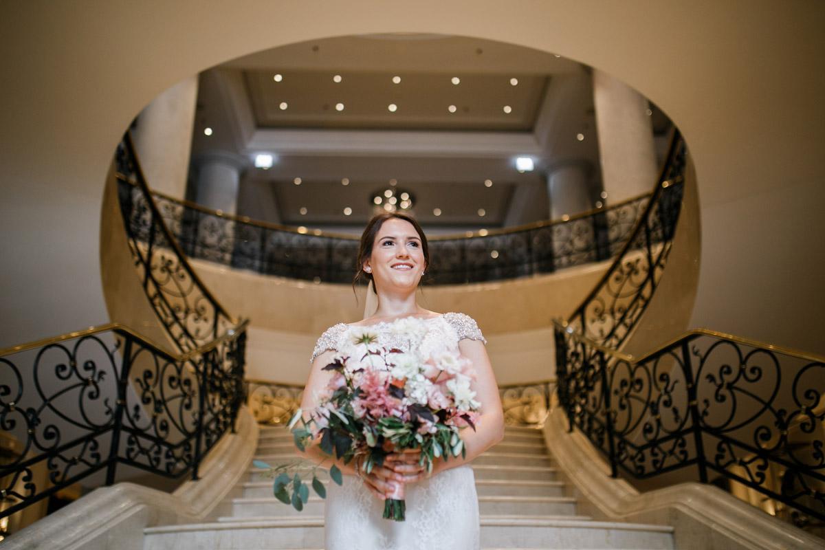 Idee Hochzeitsfoto Braut vor Trauung - heiraten im Berliner Dom Hochzeit im Clärchens Ballhaus von Hochzeitsfotograf Berlin © www.hochzeitslicht.de #hochzeitslicht