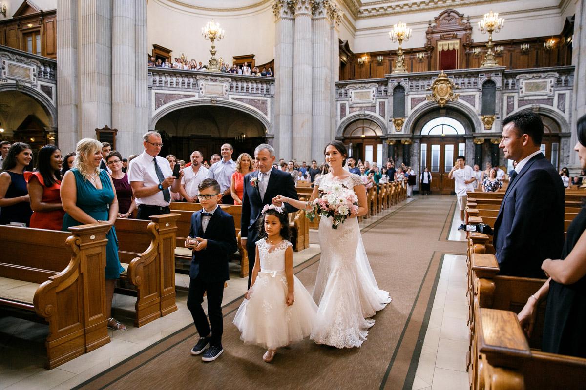 Hochzeitsfoto Kirche Einzug Braut - heiraten im Berliner Dom Hochzeit im Clärchens Ballhaus von Hochzeitsfotograf Berlin © www.hochzeitslicht.de #hochzeitslicht