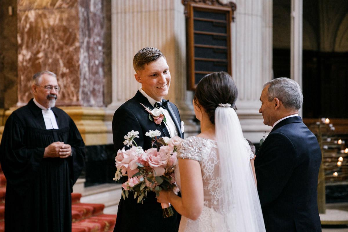 Hochzeitsfoto Trauung Kirche First Look - heiraten im Berliner Dom Hochzeit im Clärchens Ballhaus von Hochzeitsfotograf Berlin © www.hochzeitslicht.de #hochzeitslicht