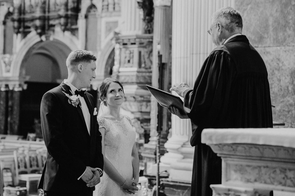 natürliche Hochzeitsfotos Brautpaar Trauung kirchlich - heiraten im Berliner Dom Hochzeit im Clärchens Ballhaus von Hochzeitsfotograf Berlin © www.hochzeitslicht.de #hochzeitslicht