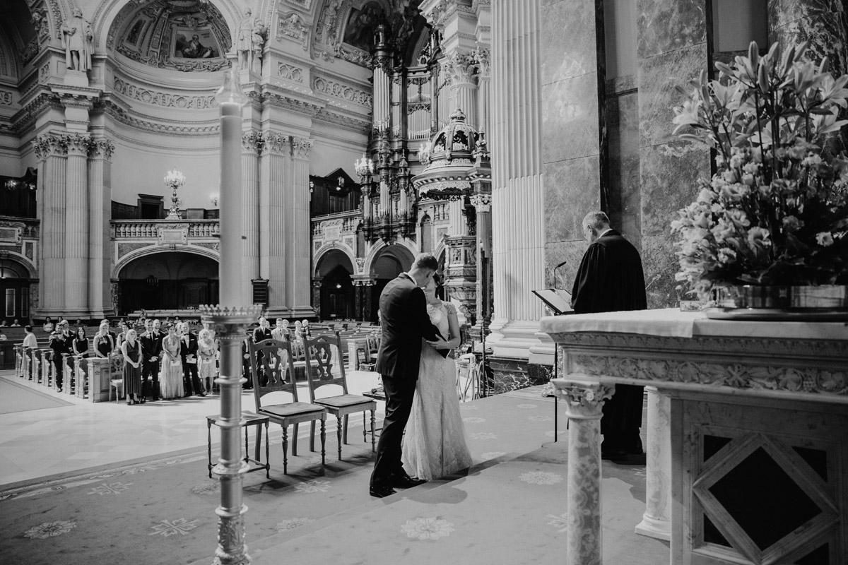 Hochzeitsfoto Kuss Trauung Kirche - heiraten im Berliner Dom Hochzeit im Clärchens Ballhaus von Hochzeitsfotograf Berlin © www.hochzeitslicht.de #hochzeitslicht