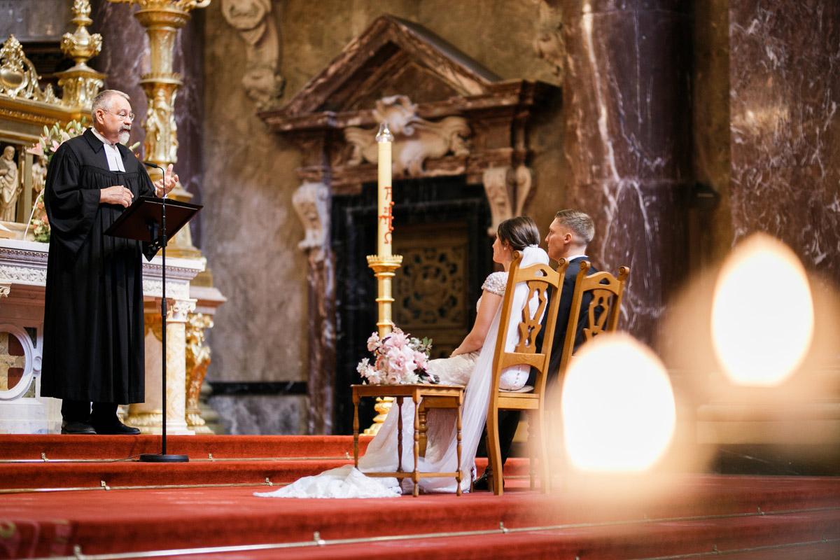 Hochzeitsfotos Braut und Bräutigam bei kirchlicher Hochzeit - heiraten im Berliner Dom Hochzeit im Clärchens Ballhaus von Hochzeitsfotograf Berlin © www.hochzeitslicht.de #hochzeitslicht