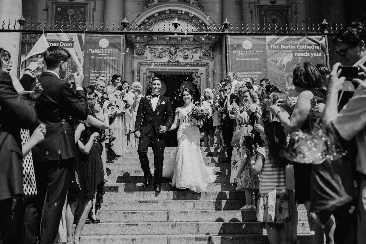 Idee Hochzeitsfoto Auszug Brautpaar Trauung Kirche - heiraten im Berliner Dom Hochzeit im Clärchens Ballhaus von Hochzeitsfotograf Berlin © www.hochzeitslicht.de #hochzeitslicht
