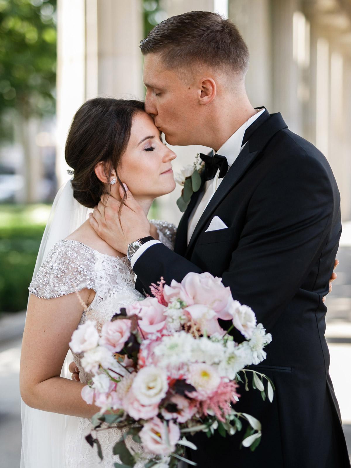 Brautpaar natürliches Hochzeitsshooting Bräutigam küsst Braut auf Stirn - heiraten im Berliner Dom Hochzeit im Clärchens Ballhaus #Hochzeitsfotografie Berlin © www.hochzeitslicht.de #hochzeitslicht #Hochzeitsfoto #Hochzeitspaar