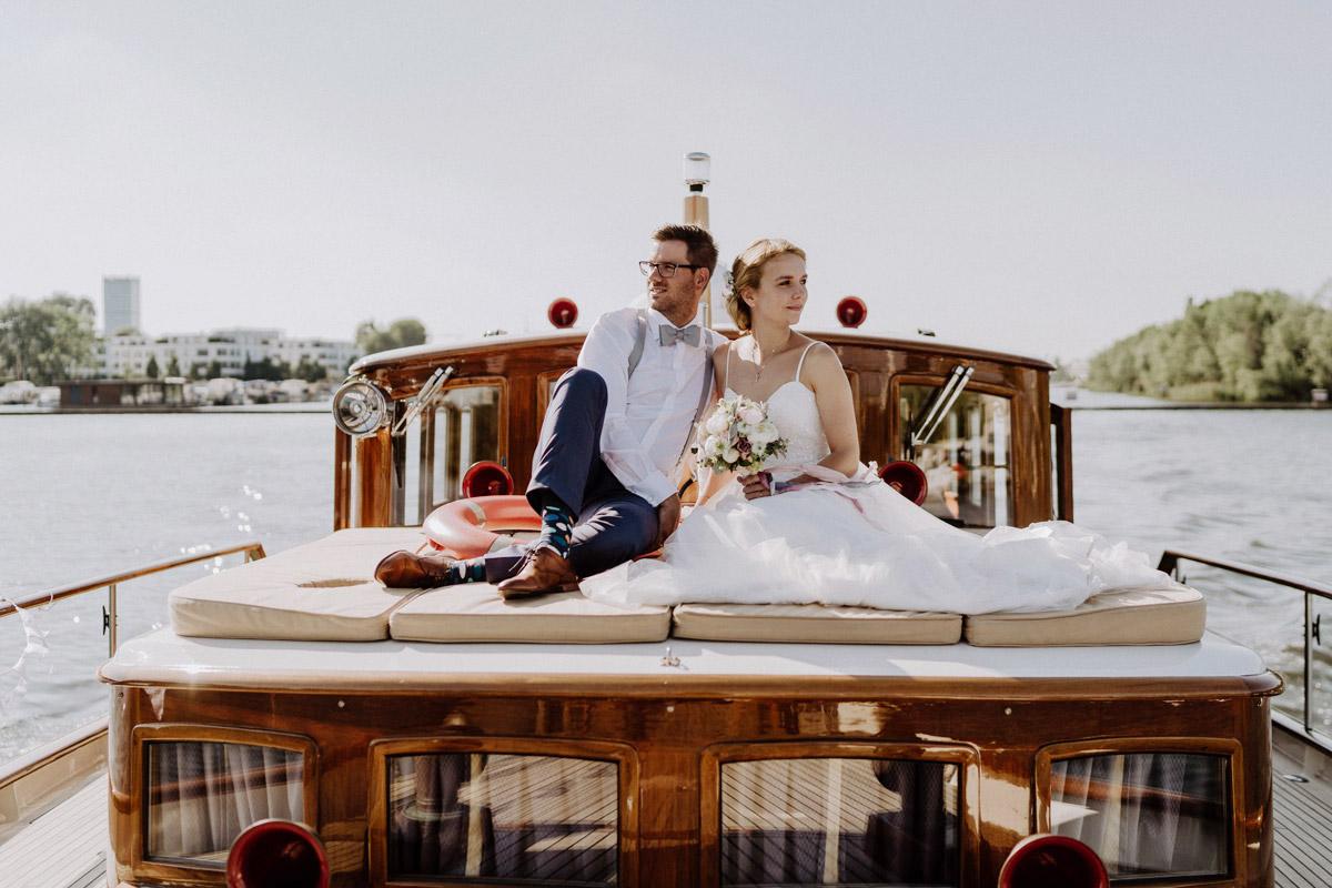 Idee Hochzeitsfoto Brautpaar Boot - Standesamt Hochzeit Berlin am Wasser im Ermelerhaus mit Yacht Hochzeitsbilder © www.hochzeitslicht.de #hochzeitslicht
