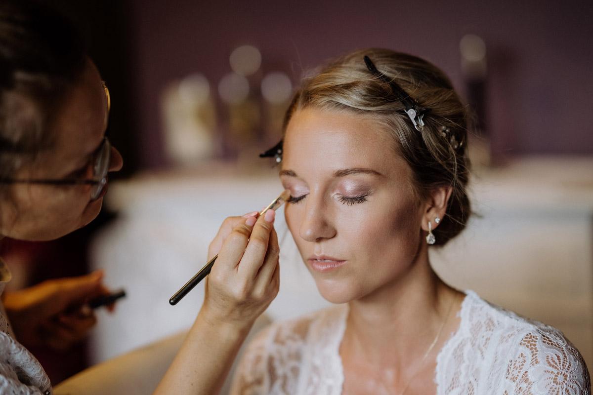 Hochzeitsfoto Styling Braut Hochzeitstag - Hochzeit Shooting Ideen von vintage Hochzeitsfotograf Berlin © www.hochzeitslicht.de #hochzeitslicht auf Schloss Kartzow