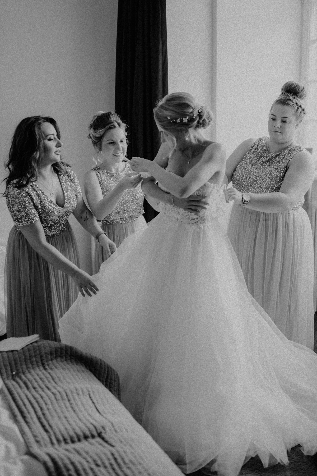 Hochzeit Shooting Idee Gruppenbild mit Familie, Trauzeuginnen und Bridemaids beim Ankleiden von vintage Hochzeitsfotograf Berlin © www.hochzeitslicht.de #hochzeitslicht #hochzeit #gruppenfotos #hochzeitsshooting #ideen