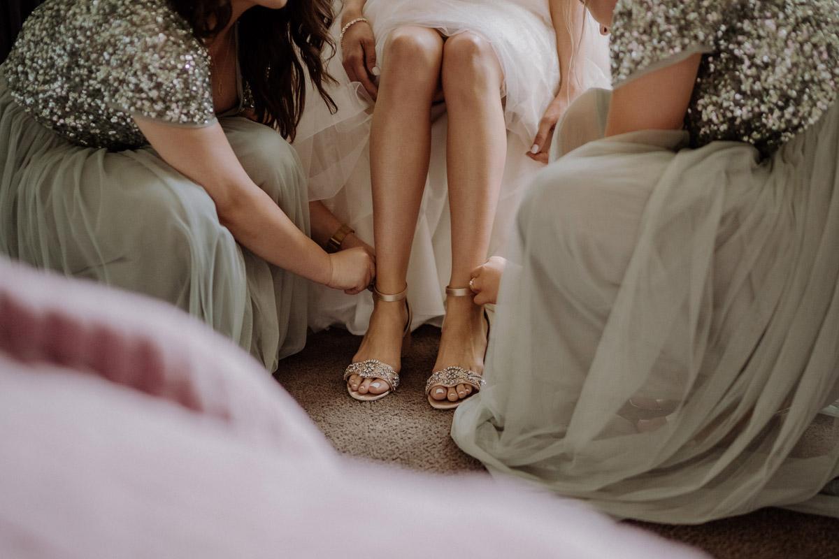 Fotoidee Getting Ready Braut mit Brautjungfern - Hochzeit Shooting Ideen von vintage Hochzeitsfotograf Berlin © www.hochzeitslicht.de #hochzeitslicht auf Schloss Kartzow