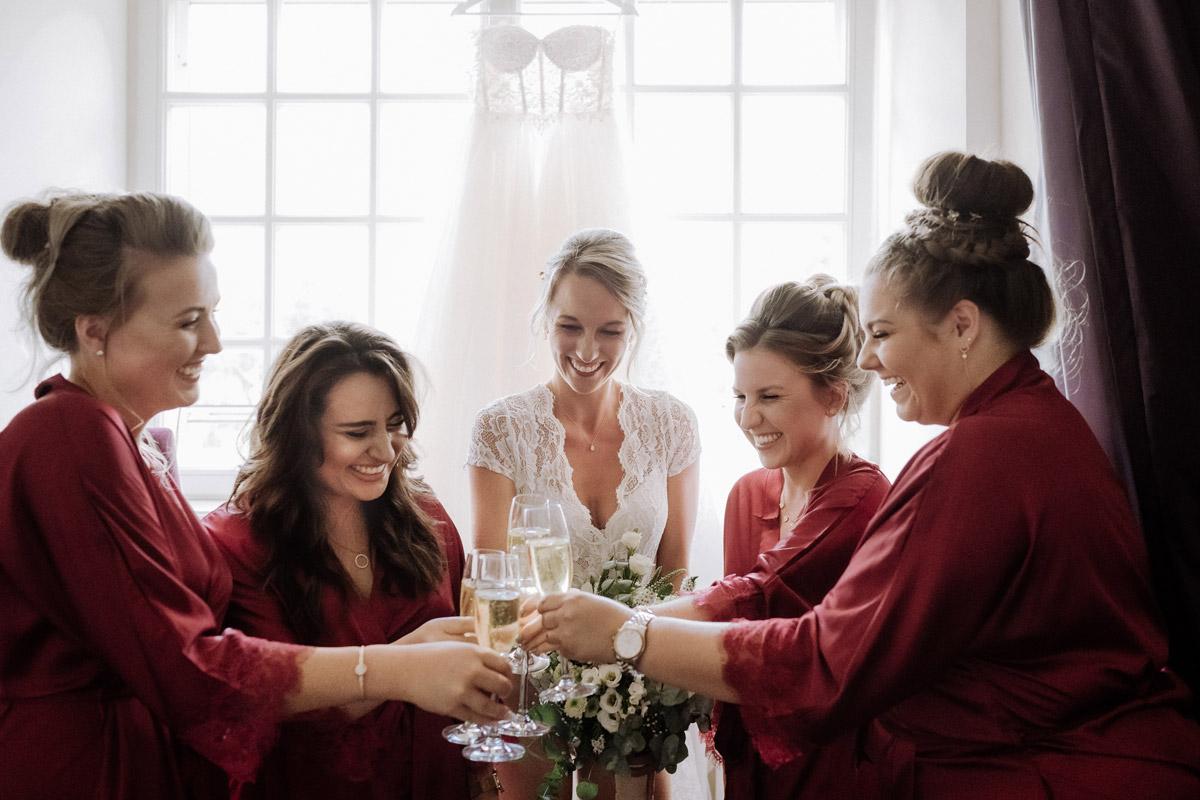 Gruppenfoto Braut mit Brautjungfern Anstoßen Vorbereitungen - Hochzeit Shooting Ideen von vintage Hochzeitsfotograf Berlin © www.hochzeitslicht.de #hochzeitslicht auf Schloss Kartzow