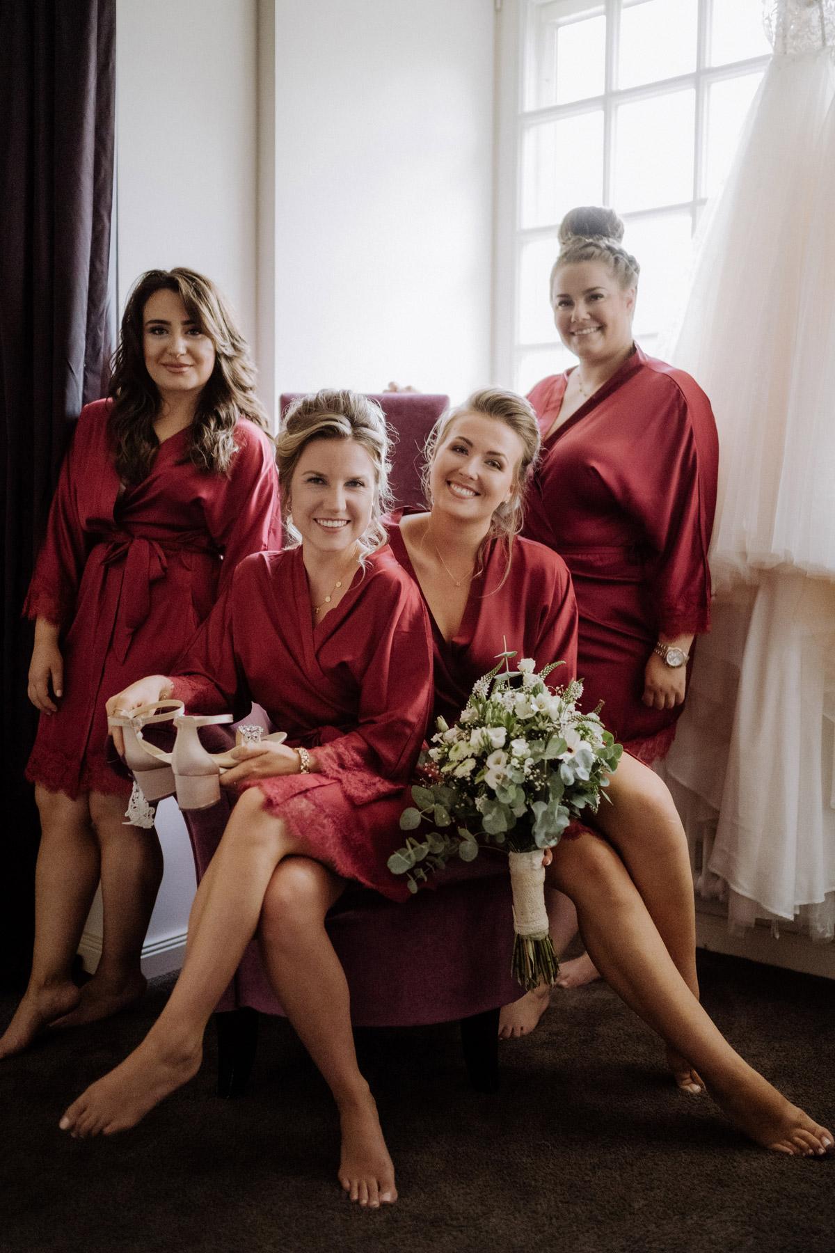 Gruppenbild von Familie, Trauzeuginnen und Bridemaids im Morgenmantel beim Ankleiden Hochzeit Shooting Idee von vintage Hochzeitsfotograf Berlin © www.hochzeitslicht.de #hochzeitslicht #hochzeit #gruppenbild #hochzeitsshooting #idee