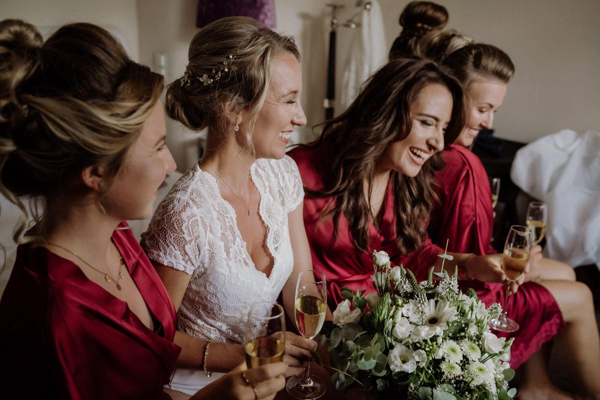 natürliches Gruppenfoto Braut mit Bridesmaids - Hochzeit Shooting Ideen von vintage Hochzeitsfotograf Berlin © www.hochzeitslicht.de #hochzeitslicht auf Schloss Kartzow