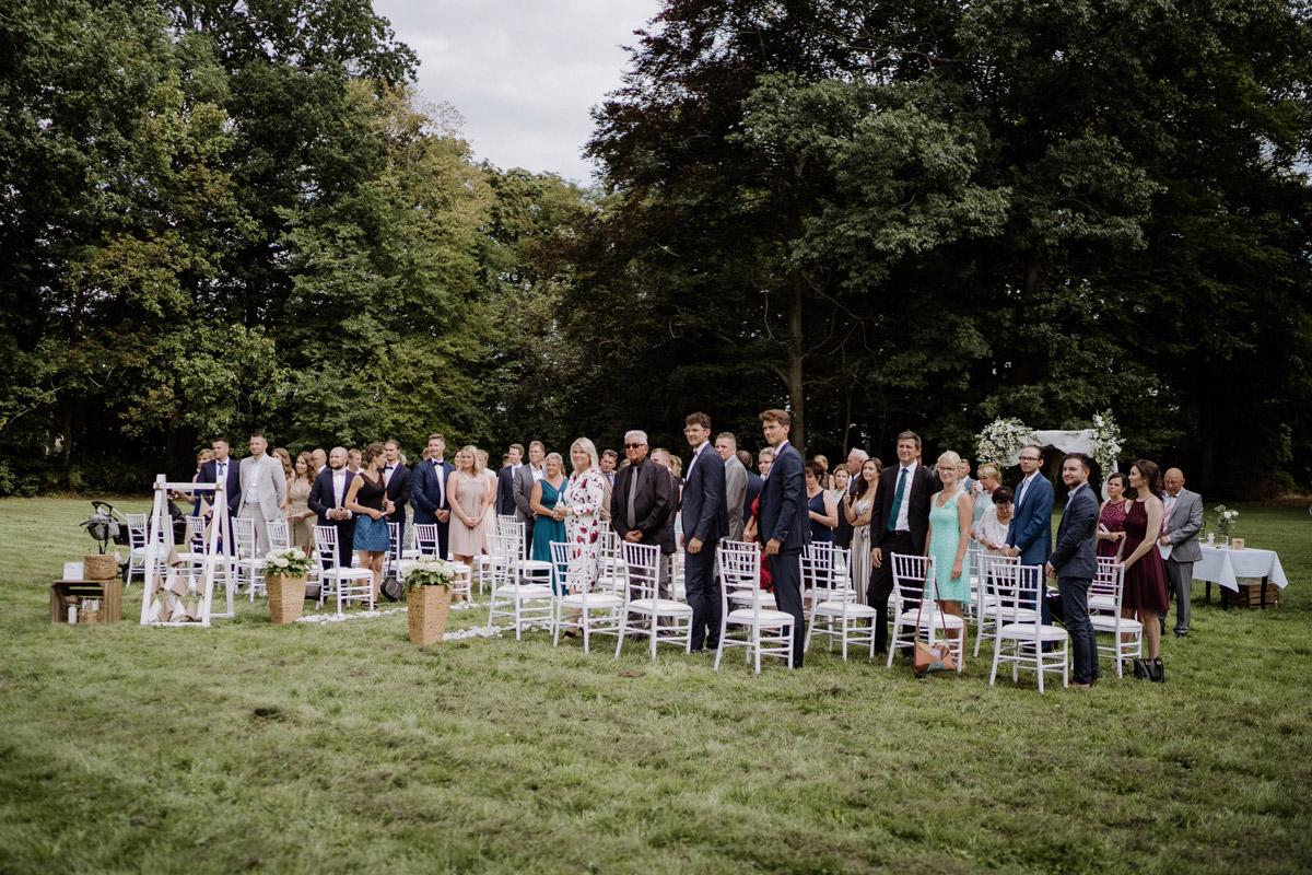 Hochzeitsfoto Hochzeitsgesellschaft Gäste Trauung unter freiem Himmel Schlosshochzeit - Hochzeit Shooting Ideen von vintage Hochzeitsfotograf Berlin © www.hochzeitslicht.de #hochzeitslicht auf Schloss Kartzow