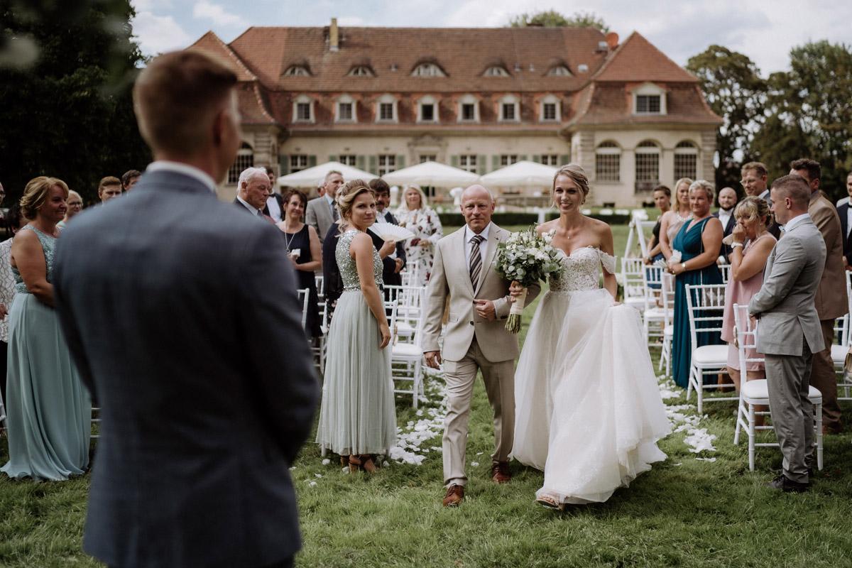 Hochzeitsfoto Einzug Braut Trauung mit Vater Trauung Garten Schlosshochzeit - Hochzeit Shooting Ideen von vintage Hochzeitsfotograf Berlin © www.hochzeitslicht.de #hochzeitslicht auf Schloss Kartzow