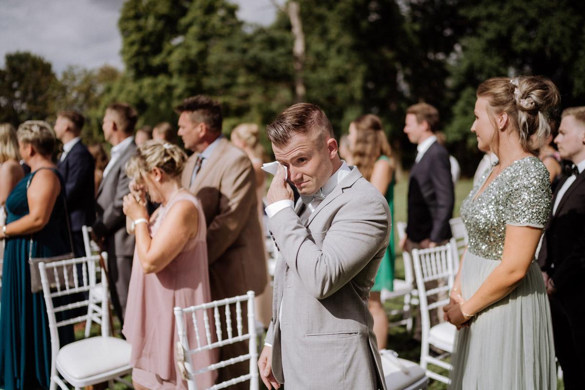 emotionale Hochzeitsfotos Trauung Gäste - Hochzeit Shooting Ideen von vintage Hochzeitsfotograf Berlin © www.hochzeitslicht.de #hochzeitslicht auf Schloss Kartzow