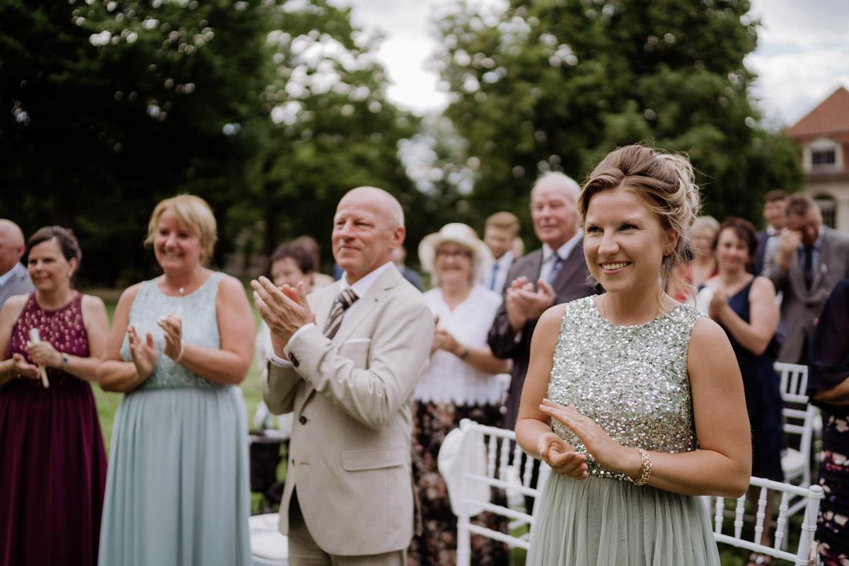 freie Trauung Garten Schlosshochzeit - Hochzeit Shooting Ideen von vintage Hochzeitsfotograf Berlin © www.hochzeitslicht.de #hochzeitslicht auf Schloss Kartzow