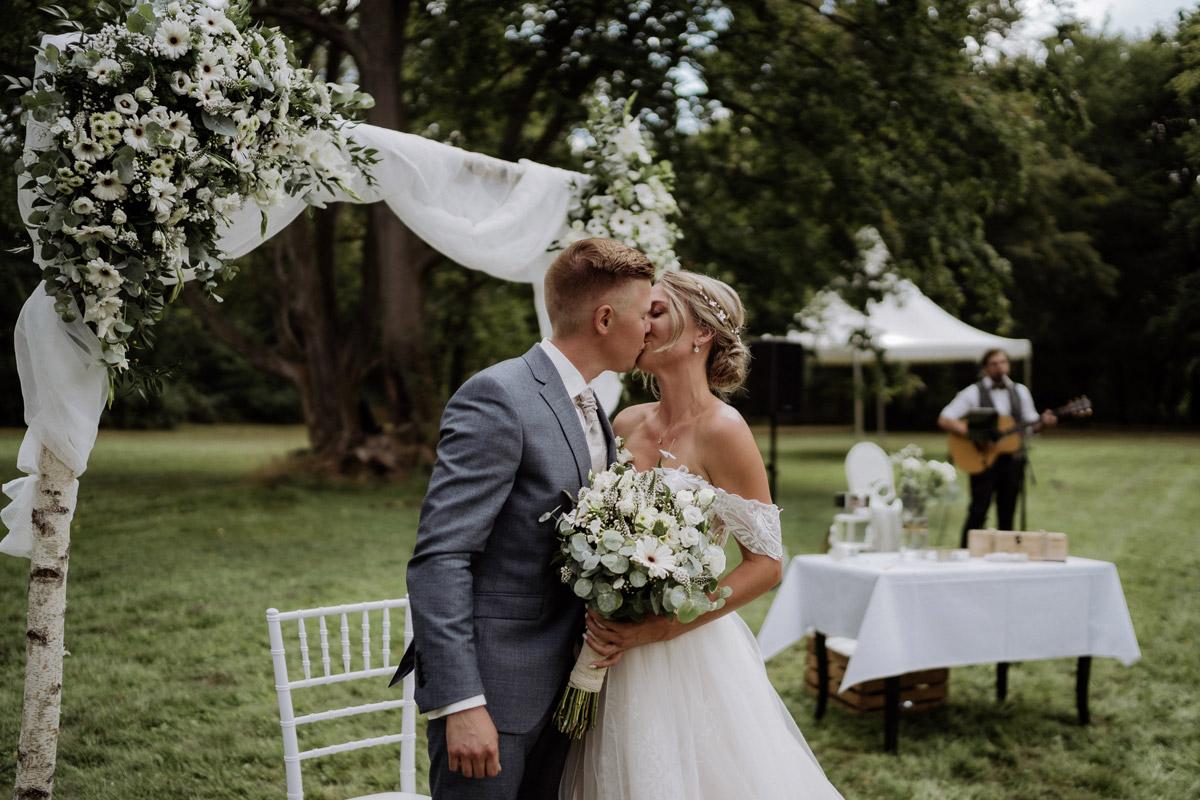 Hochzeitsfoto Kuss freie Trauung - Hochzeit Shooting Ideen von vintage Hochzeitsfotograf Berlin © www.hochzeitslicht.de #hochzeitslicht auf Schloss Kartzow