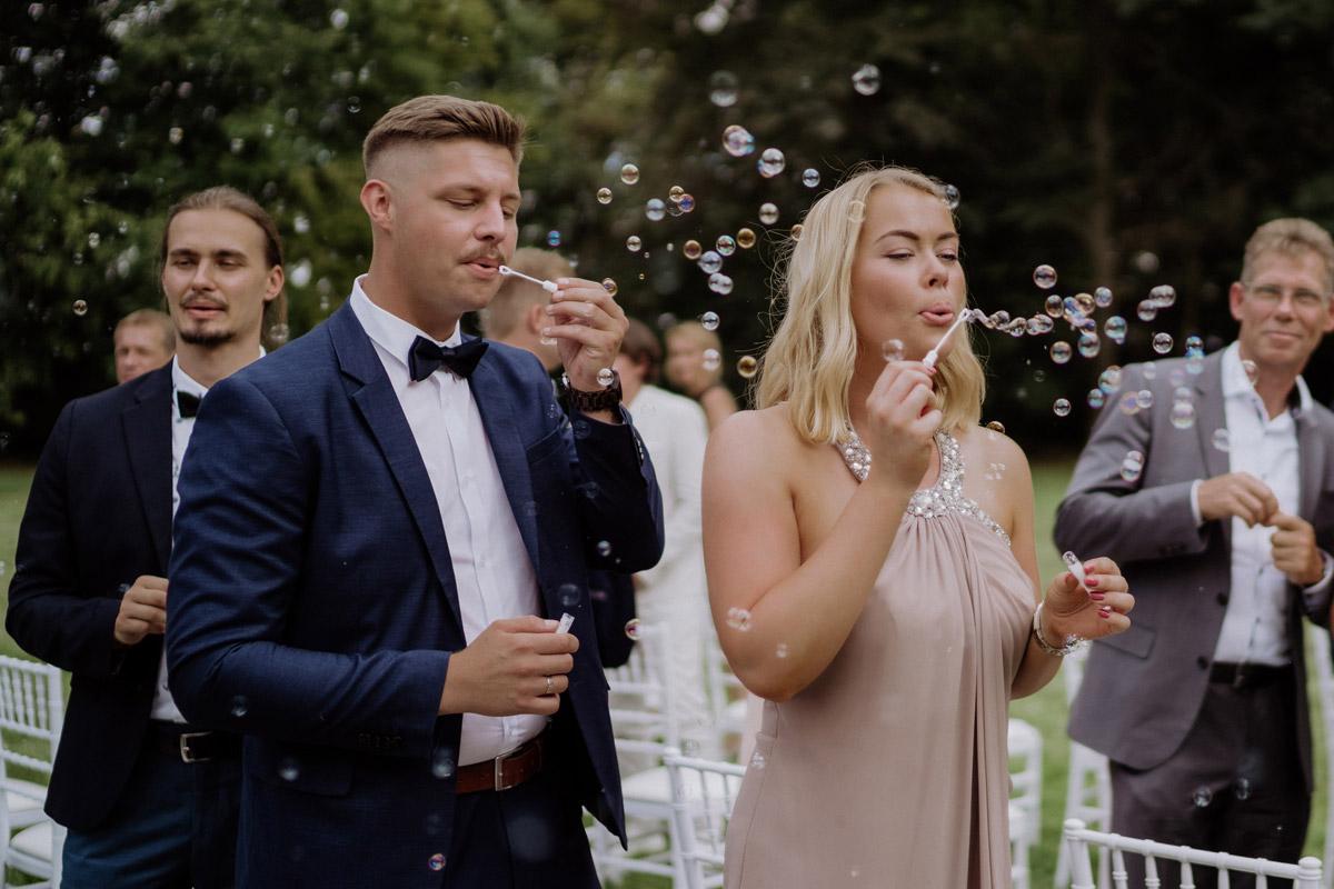 Idee Auszug Brautpaar Seifenblasen - Hochzeit Shooting Ideen von vintage Hochzeitsfotograf Berlin © www.hochzeitslicht.de #hochzeitslicht auf Schloss Kartzow