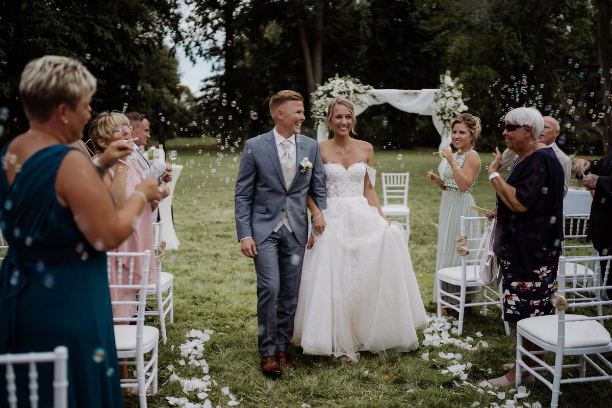 Auszug Brautpaar freie Trauung Seifenblasen - Hochzeit Shooting Ideen von vintage Hochzeitsfotograf Berlin © www.hochzeitslicht.de #hochzeitslicht auf Schloss Kartzow