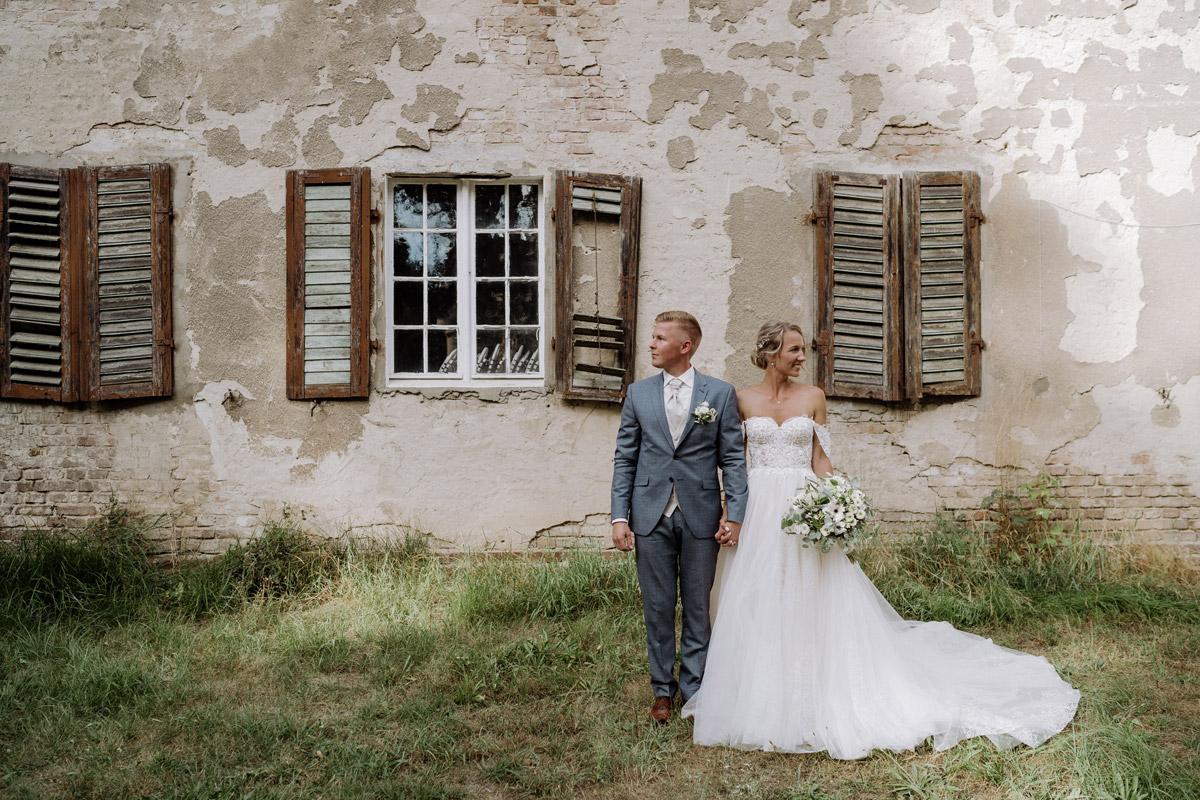 Idee Hochzeitsfoto Brautpaar vintage vor alter Mauer - Hochzeit Shooting Ideen von vintage Hochzeitsfotograf Berlin © www.hochzeitslicht.de #hochzeitslicht auf Schloss Kartzow