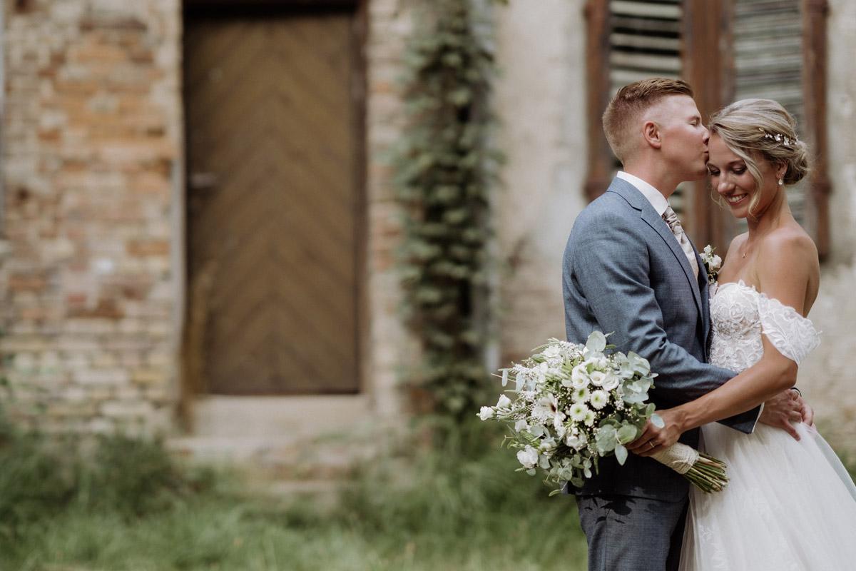 Idee Hochzeitsfoto Brautpaar Vintagestil - Hochzeit Shooting Ideen von vintage Hochzeitsfotograf Berlin © www.hochzeitslicht.de #hochzeitslicht auf Schloss Kartzow