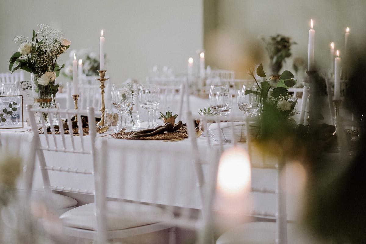 Idee Tischdekoration Hochzeit vintage natürlich stilvoll klassisch elegant weiß gold grün - Hochzeit Shooting Ideen von vintage Hochzeitsfotograf Berlin © www.hochzeitslicht.de #hochzeitslicht auf Schloss Kartzow