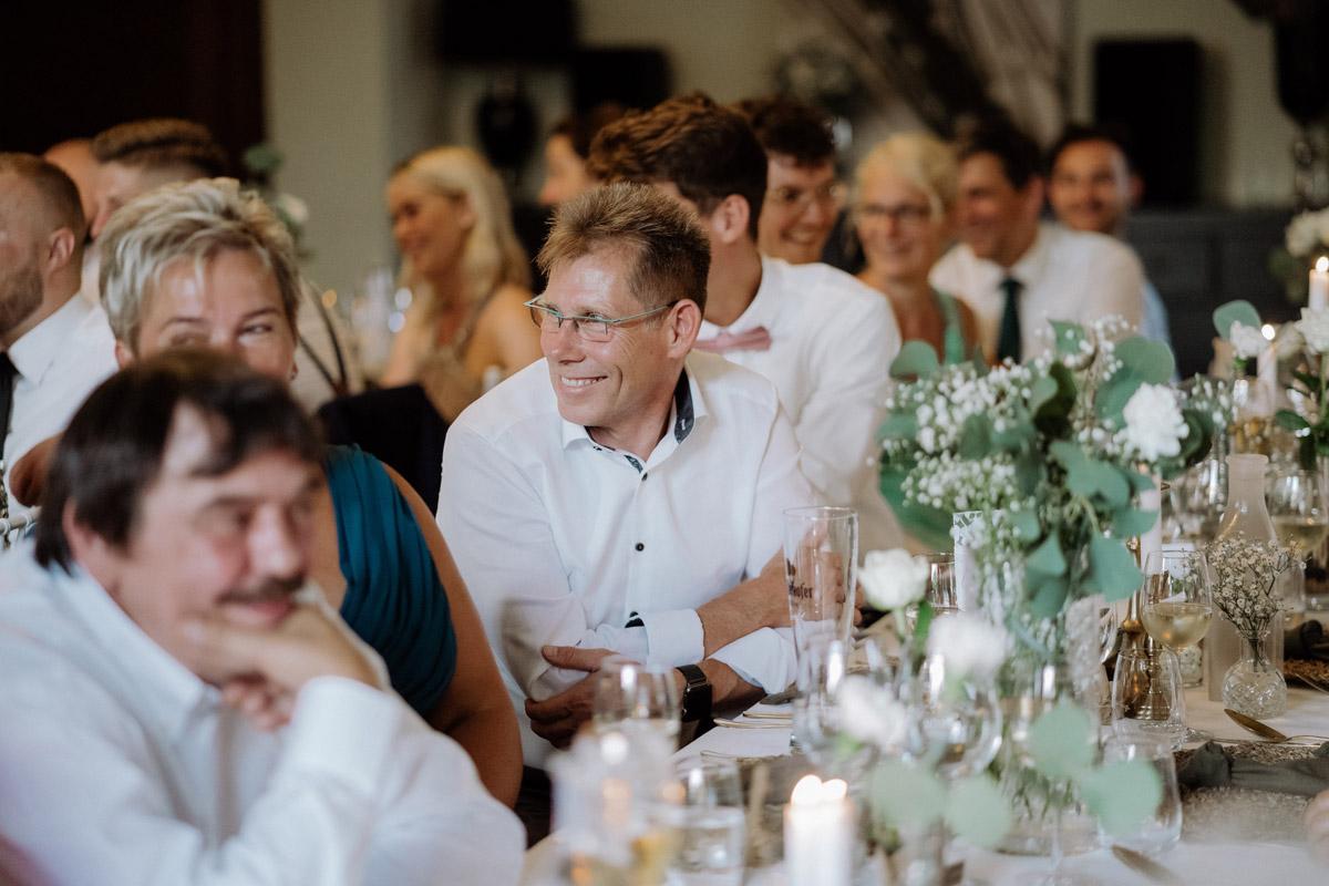 Gästefoto Hochzeitsfeier klassisch-elegant - Hochzeit Shooting Ideen von vintage Hochzeitsfotograf Berlin © www.hochzeitslicht.de #hochzeitslicht auf Schloss Kartzow