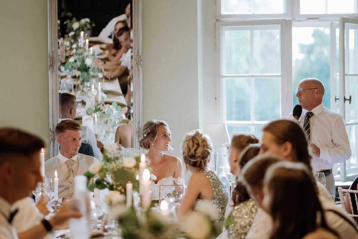 Hochzeitsreportage Hochzeitsfeier Schlosshochzeit - Hochzeit Shooting Ideen von vintage Hochzeitsfotograf Berlin © www.hochzeitslicht.de #hochzeitslicht auf Schloss Kartzow