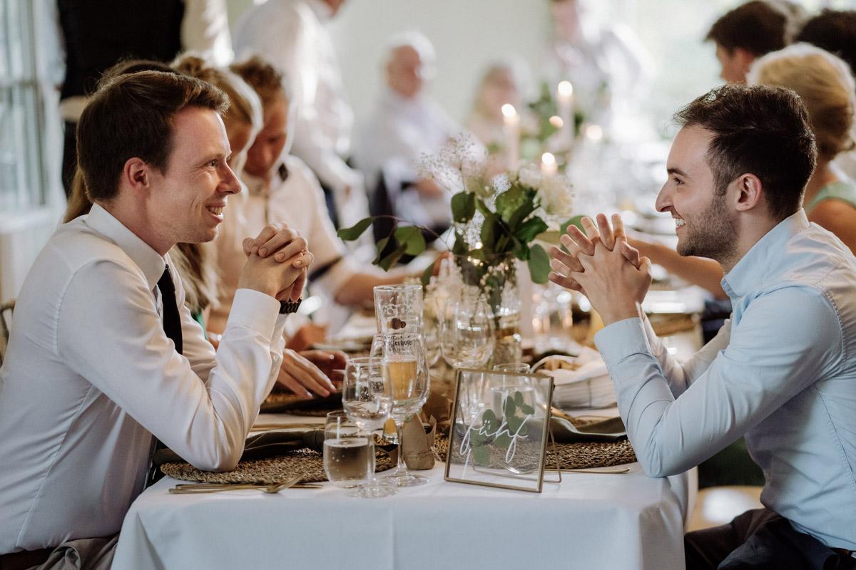 ungestellte Hochzeitsfotos Gäste bei Hochzeitsfeier - Hochzeit Shooting Ideen von vintage Hochzeitsfotograf Berlin © www.hochzeitslicht.de #hochzeitslicht auf Schloss Kartzow