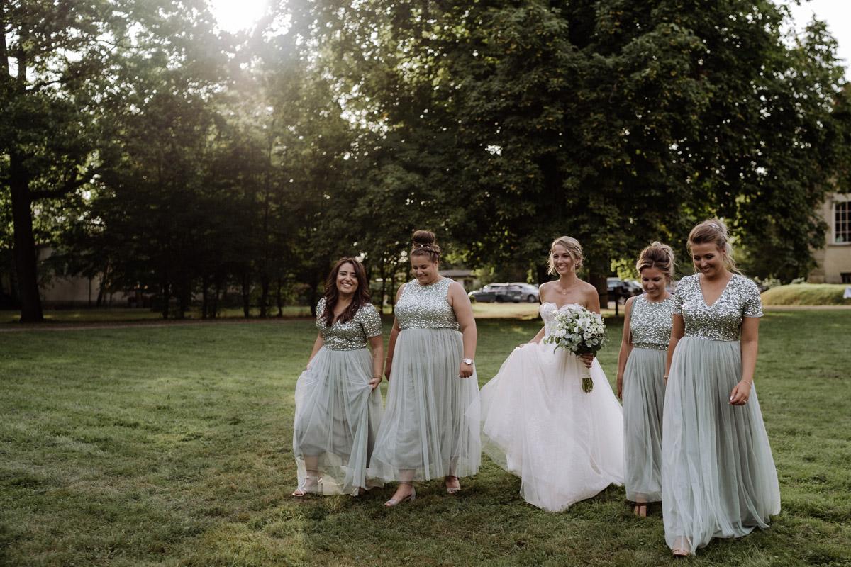 Gruppenfoto natürlich Braut mit Bridesmaids Idee - Hochzeit Shooting Ideen von vintage Hochzeitsfotograf Berlin © www.hochzeitslicht.de #hochzeitslicht auf Schloss Kartzow