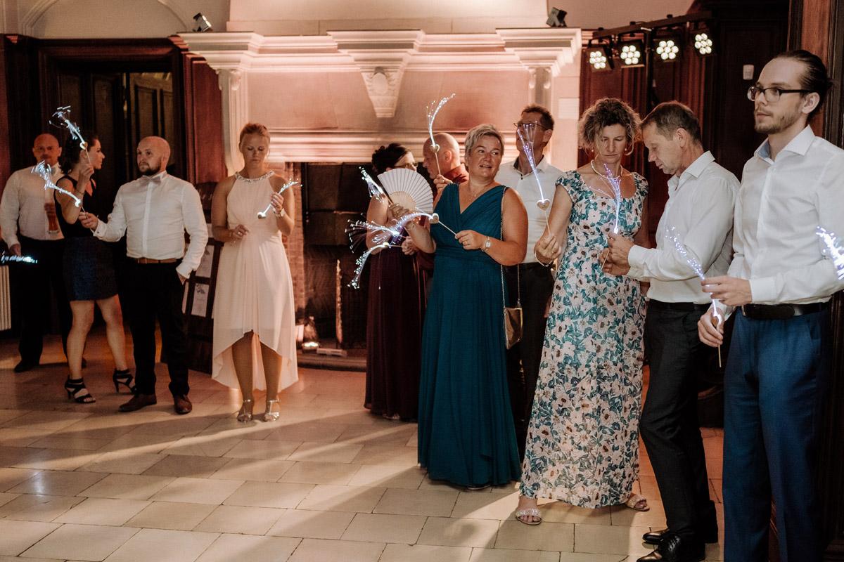 Hochzeitsreportagefoto Gäste bei Hochzeitsparty - Hochzeit Shooting Ideen von vintage Hochzeitsfotograf Berlin © www.hochzeitslicht.de #hochzeitslicht auf Schloss Kartzow