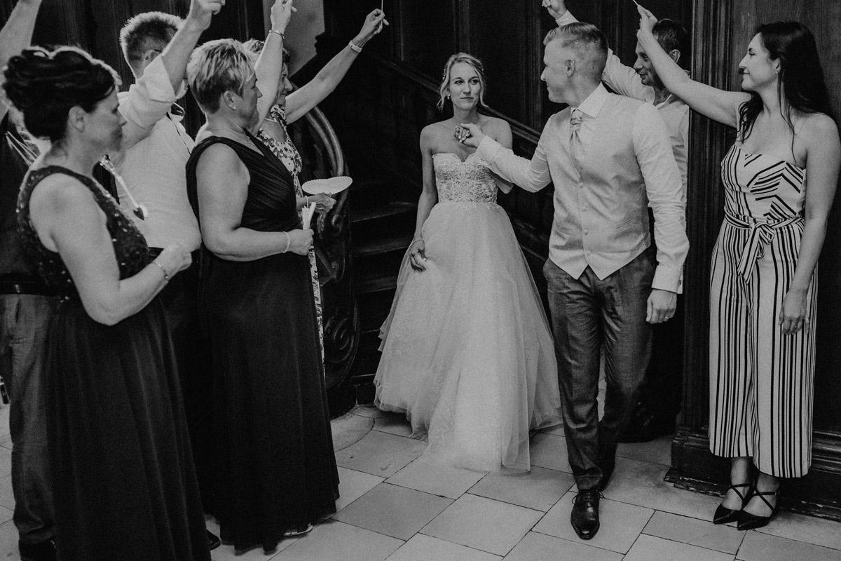 Reportage Hochzeit Schloss Kartow Hochzeitsfeier - Hochzeit Shooting Ideen von vintage Hochzeitsfotograf Berlin © www.hochzeitslicht.de #hochzeitslicht auf Schloss Kartzow