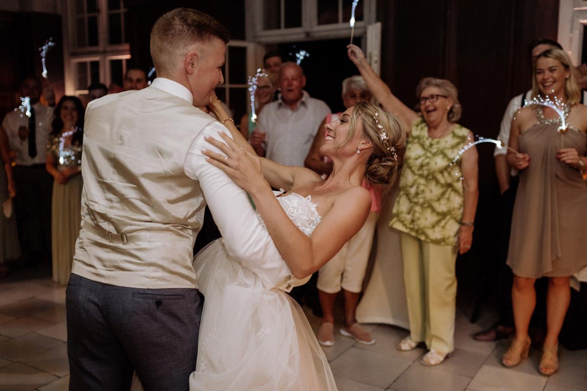 Idee Hochzeitsfoto Hochzeitstanz Braut und Bräutigam - Hochzeit Shooting Ideen von vintage Hochzeitsfotograf Berlin © www.hochzeitslicht.de #hochzeitslicht auf Schloss Kartzow