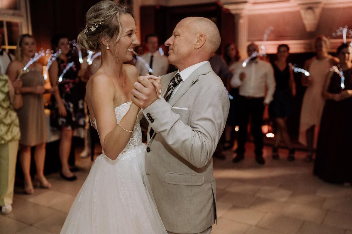 Hochzeitsfoto Tanz Braut mit Vater - Hochzeit Shooting Ideen von vintage Hochzeitsfotograf Berlin © www.hochzeitslicht.de #hochzeitslicht auf Schloss Kartzow